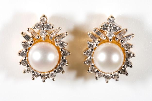 Brinco de pérola branca com diamante cravejado de ponta e brinco de halo em ouro amarelo