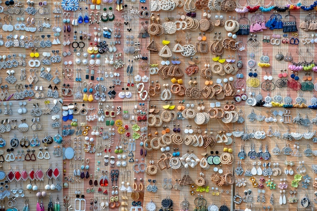 Brincos artesanais coloridos à venda para turistas