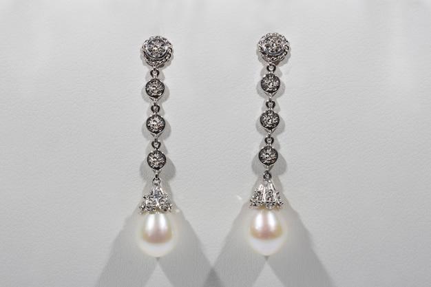 Brincos compridos em pérolas de ouro branco e diamantes