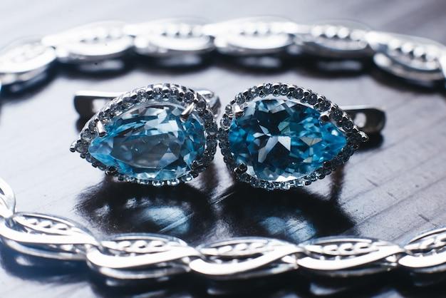 Brincos de casamento feminino em fundo escuro