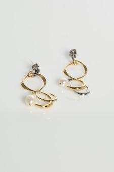 Brincos de joias em fundo branco isolados