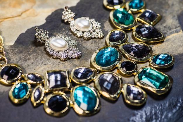 Brincos de pérolas e pingente de pedras preciosas