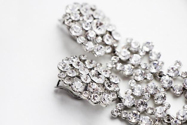 Brincos de prata com pedras preciosas