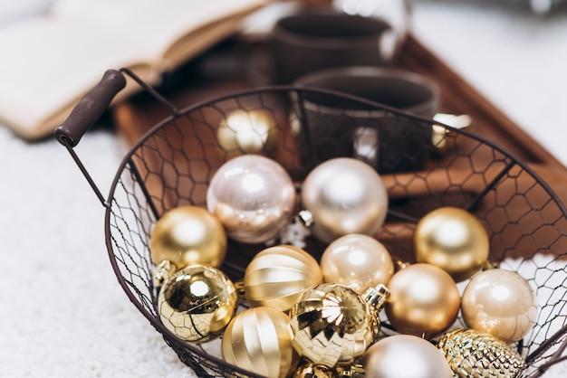 Brincos dourados de natal de ouro no chão. vista do topo