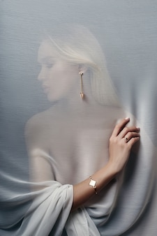 Brincos e jóias em mulher sexy de orelha