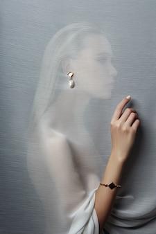 Brincos e jóias no ouvido de uma mulher sexy