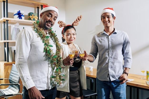 Brindando colegas de trabalho na festa de natal