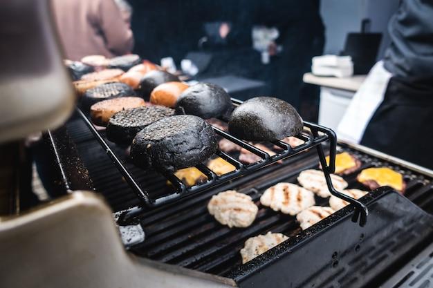 Brindando pães de hamburguer preto de tinta de lula