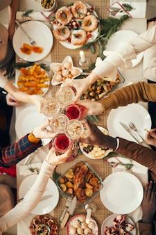 Brindando sobre a mesa de jantar