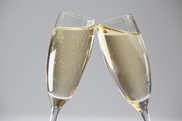 Brindando taças de champanhe