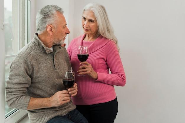 Brinde de casal sênior com vinho no dia dos namorados