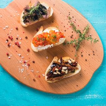 Brinde de pequeno-almoço saudável com tomilho; semente de pimenta vermelha e sal na tábua de cortar