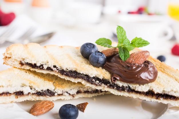 Brinde do café da manhã com pasta de porca de chocolate