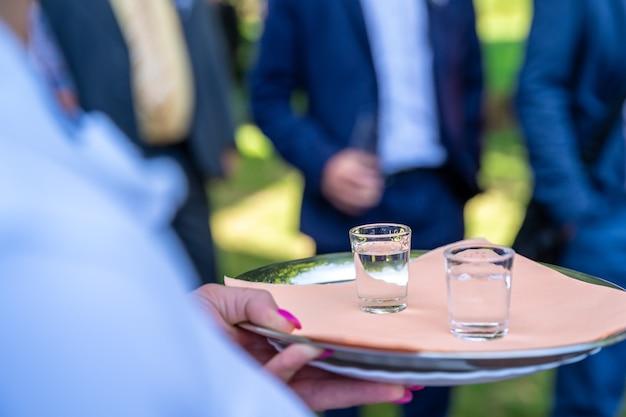 Brinde festivo na celebração do casamento