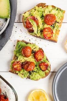 Brindes de tomate torrado e abacate