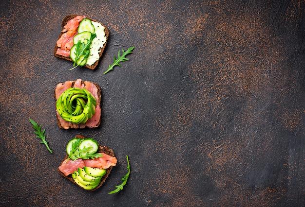 Brindes saudáveis com salmão e abacate rose