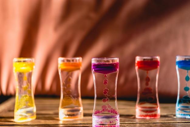 Brinque com água e gotas de cores de óleo.