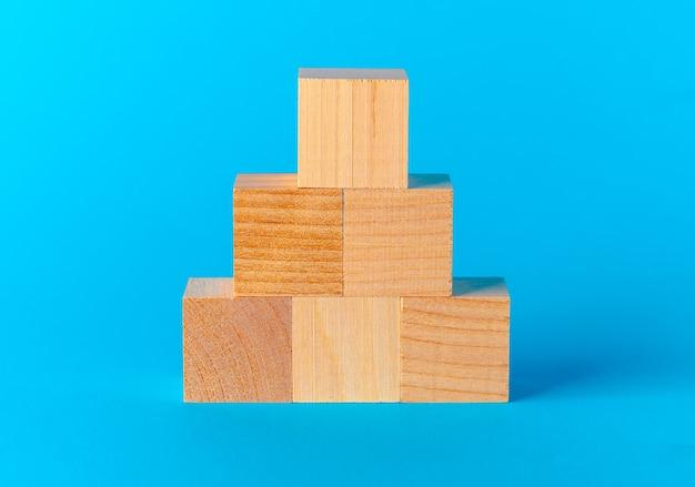 Brinque com blocos de madeira na vista frontal azul