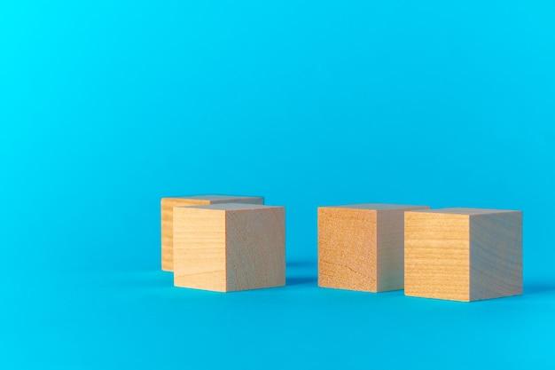 Brinque com blocos de madeira na vista frontal de fundo azul, copie o espaço