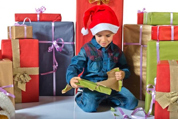 Brinque com vários presentes. conceito natal