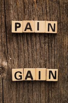 Brinque de tijolos na mesa com a palavra dor novamente