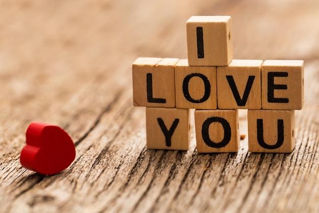 Brinque de tijolos na mesa com a palavra eu te amo