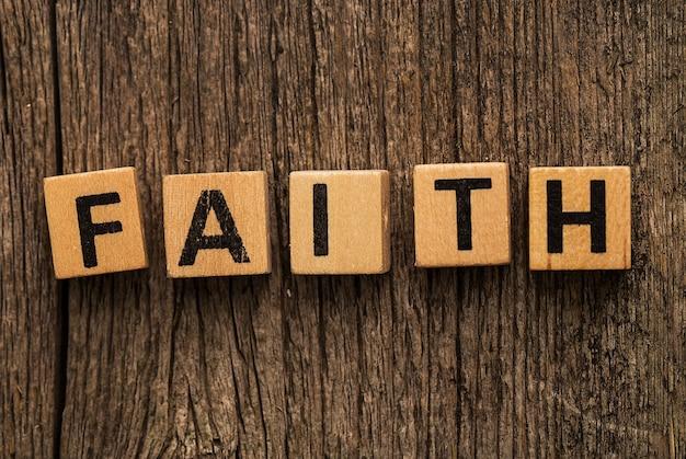 Brinque de tijolos na mesa com a palavra fé