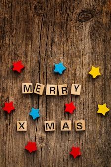 Brinque de tijolos na mesa com a palavra feliz natal