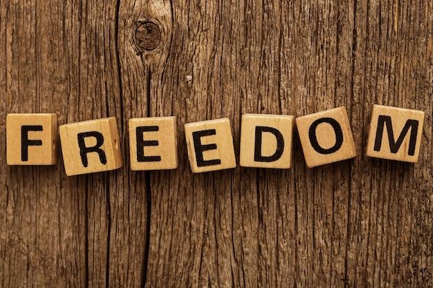Brinque de tijolos na mesa com a palavra liberdade