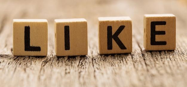 Brinque de tijolos na mesa com a palavra like