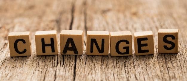 Brinque de tijolos na mesa com a palavra mudanças