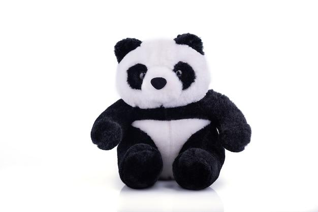 Brinquedo animal: boneco de urso panda isolado na superfície branca.