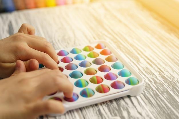Brinquedo anti-stress estalando inquieto nas mãos