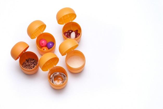 Brinquedo artesanal para desenvolvimento auditivo. recipientes de plástico com trigo sarraceno, feijão, miçangas, semolina