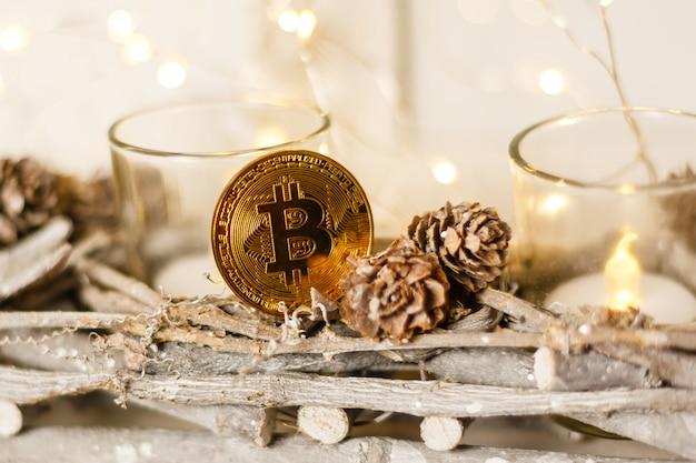 Brinquedo bitcoin e abeto de natal