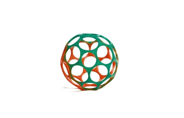 Brinquedo bola de plástico com estrutura esquelética em fundo branco isolado
