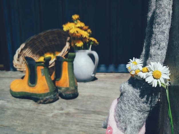 Brinquedo coelho com coroa de flores na cabeça