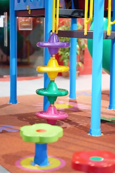 Brinquedo colorido no playground para escalada