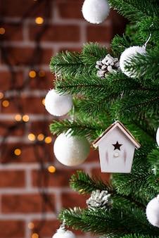 Brinquedo da árvore de natal em forma de casa de passarinho
