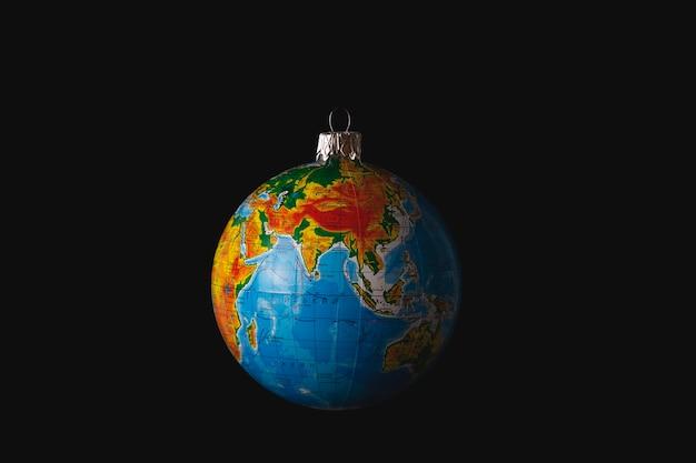 Brinquedo da árvore de natal na forma de um globo ou planeta terra conceito de proteção ambiental