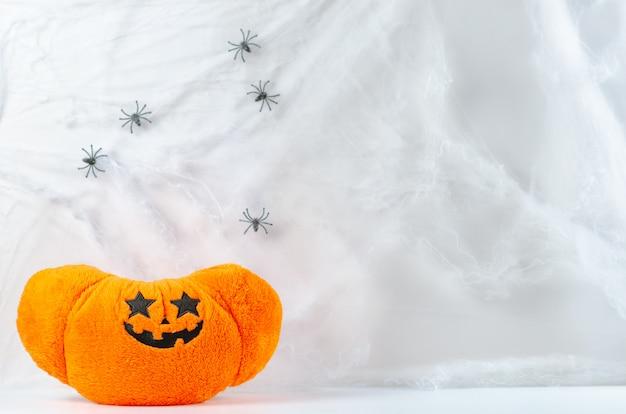 Brinquedo de abóbora na teia de aranha.