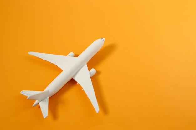 Brinquedo de avião comercial com copyspace. conceito de viagens