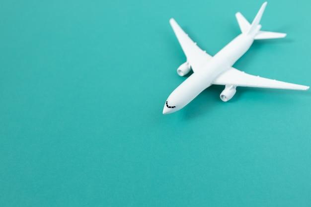 Brinquedo de avião comercial com copyspace verde. conceito de viagens