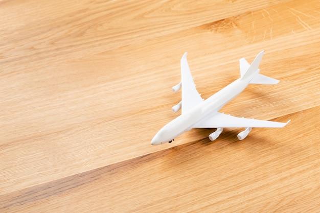 Brinquedo de avião de passageiros em fundo de madeira