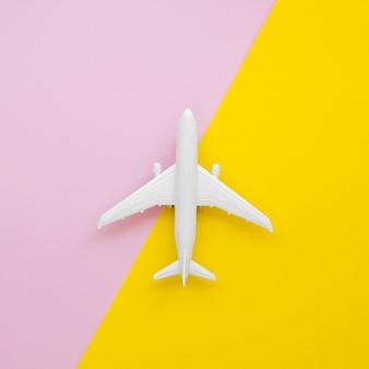Brinquedo de avião plana leigos na mesa