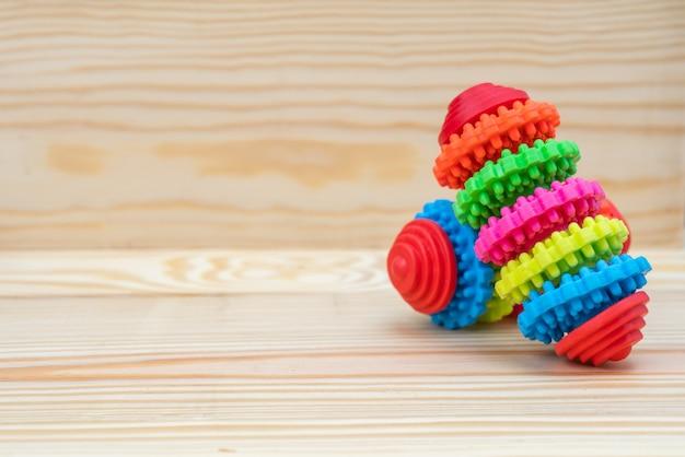 Brinquedo de borracha com espaço de cópia em madeira