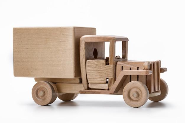 Brinquedo de caminhão em madeira.