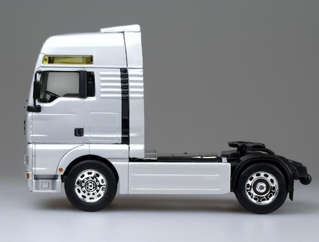 Brinquedo de caminhão semirreboque vazio em branco