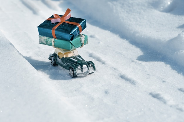 Brinquedo de carro antigo com presentes para o natal