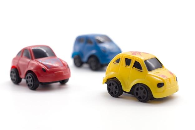 Brinquedo de carro em fundo branco.